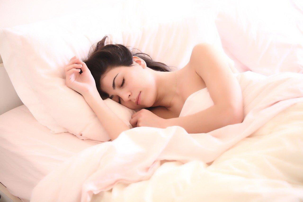 Une image d'une femme qui dort profondément, montrant qu'il est possible d'avoir un sommeil de qualité grâce aux produits de la catégorie Santé & Beauté du site internet boomattitude.com.